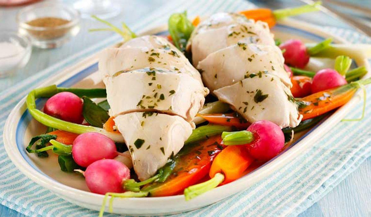 Posjert kyllingfilet med sprø grønnsaker