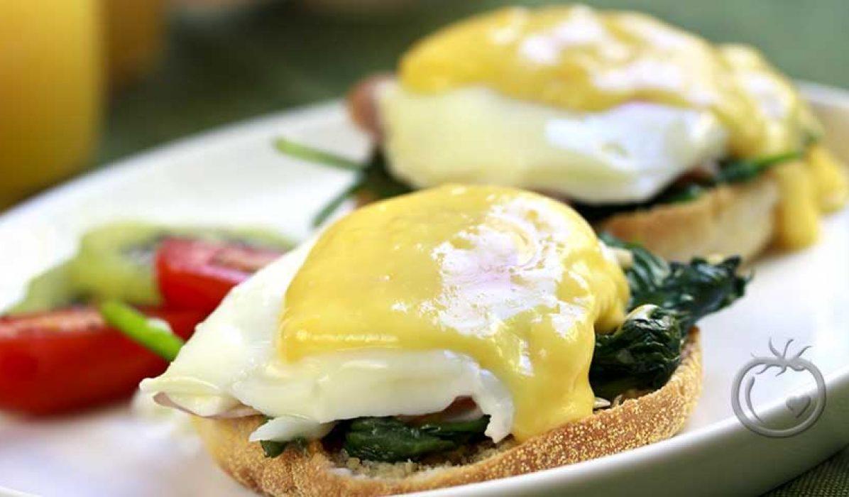 Posjerte egg med hollandaisesaus og spinat