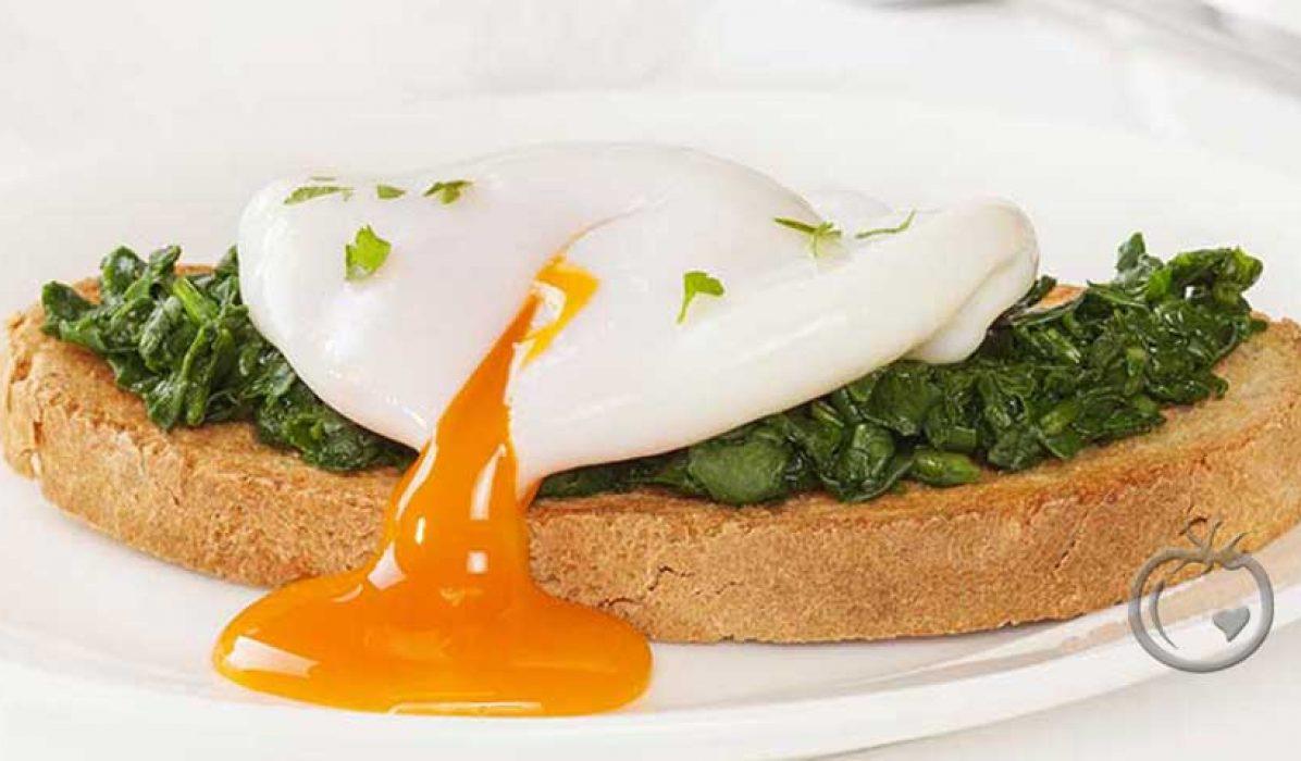 Posjerte egg på spinat