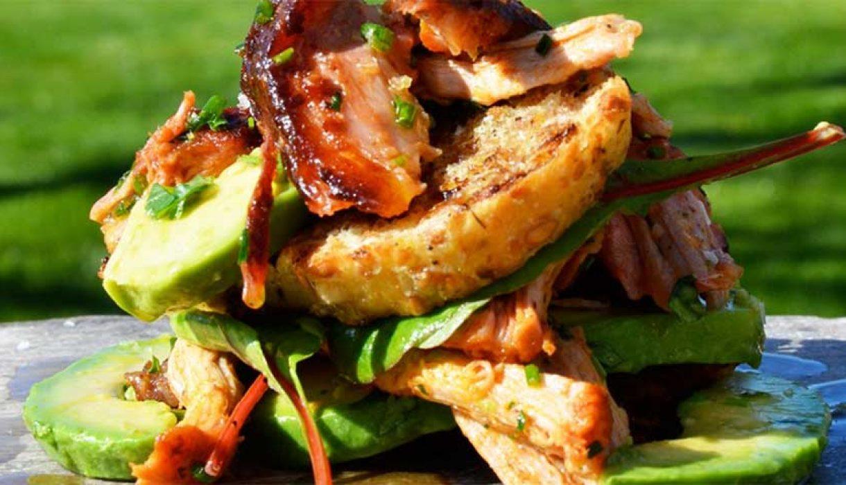 Pulled-Pork-på-grillet-brød-med-avokado-og-småsalater