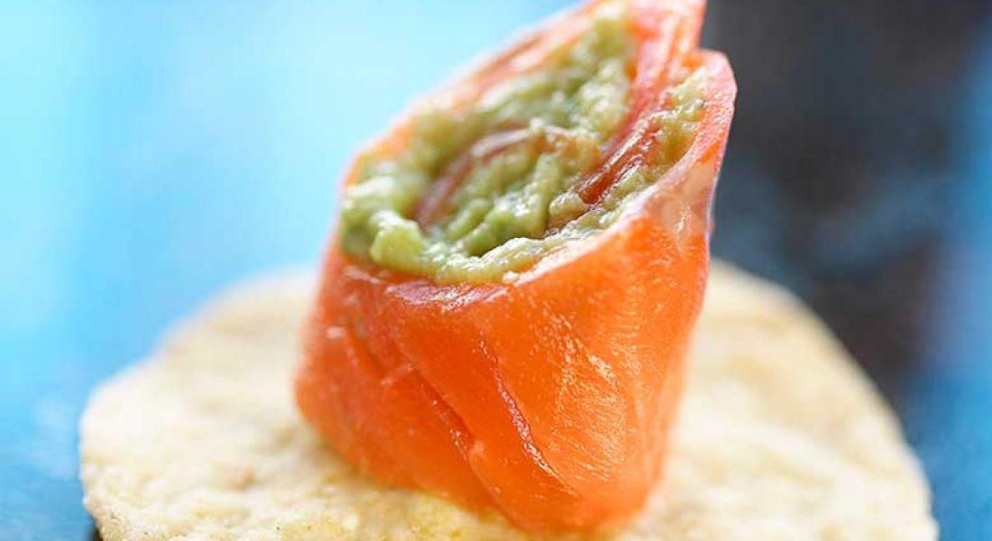 Røykt-ørret-med-guacamole-på-nachochips-2