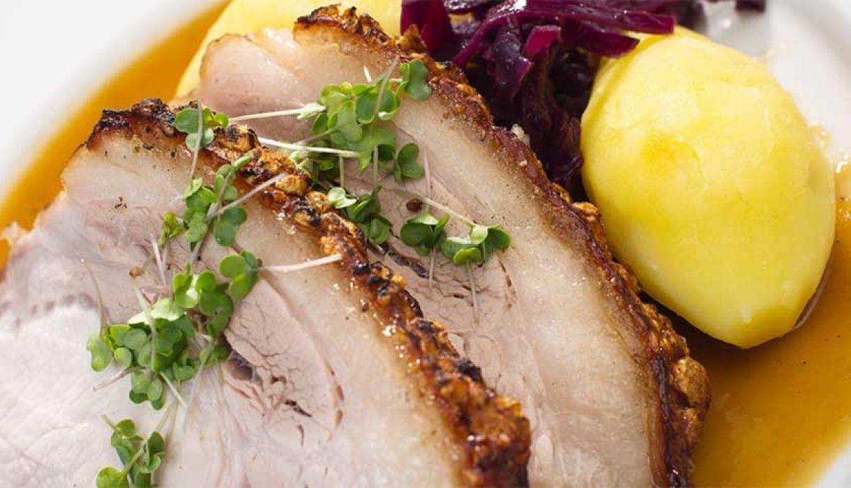 Ribbensstek-med-krydderkokt-rødkål,-soyasjysaus-og-kokte-mandelpoteter0