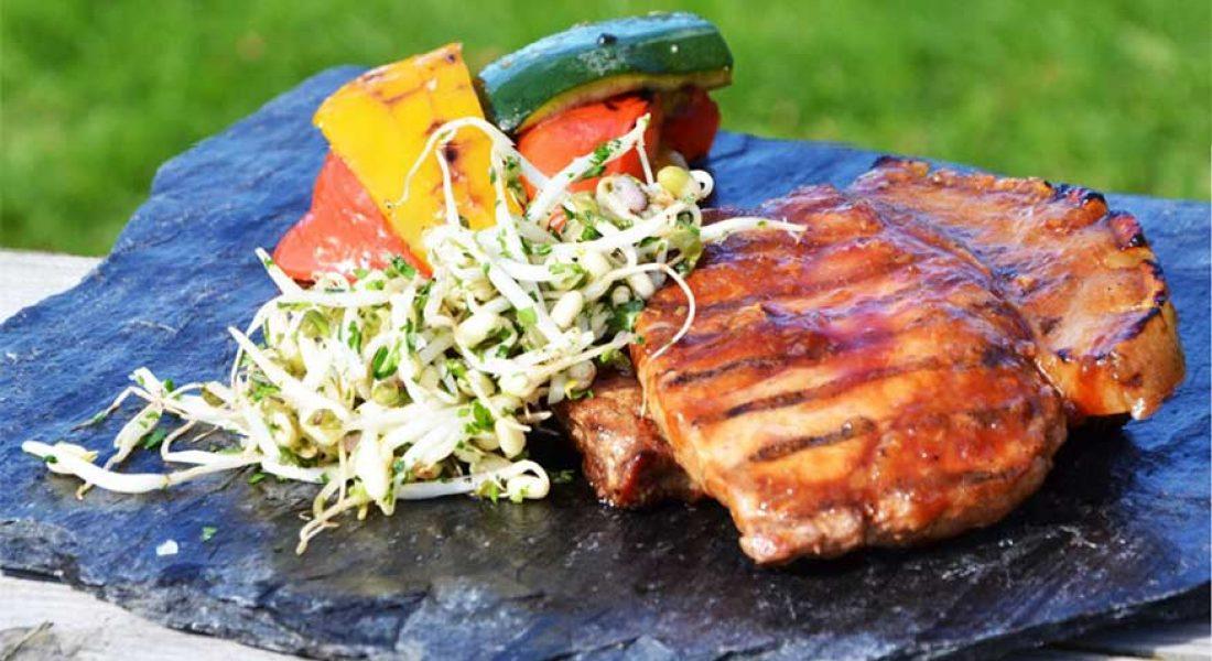 Ribbensstek med thaiinspirert BBQ-saus, grillet squash&paprika og sprø bønnespirer