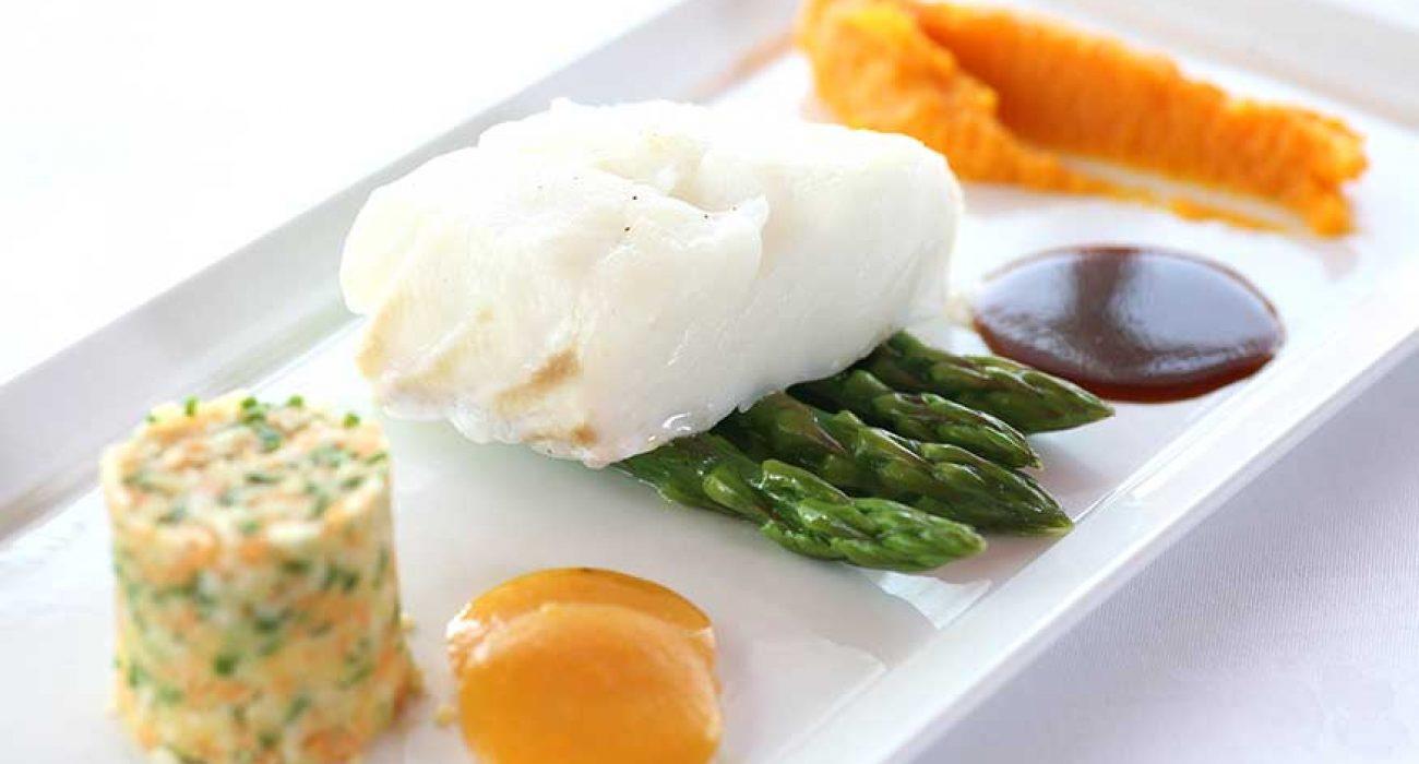 Søtpotetpuré og asparges med bakt torskefilet