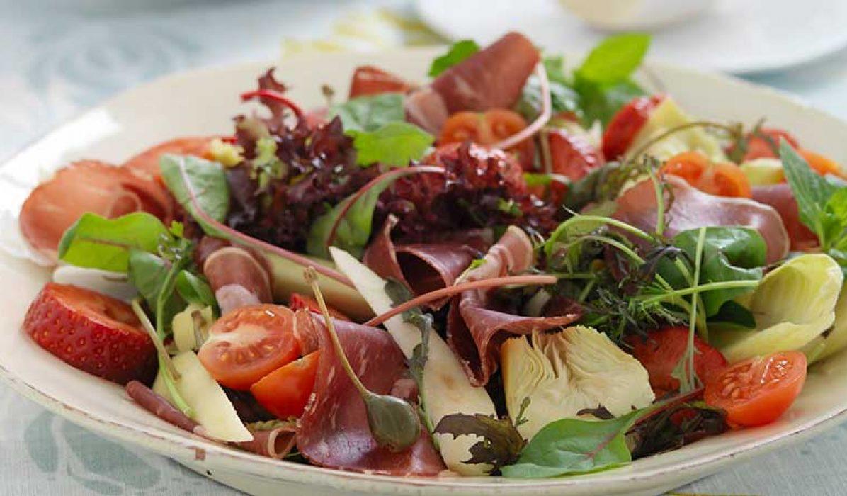 Salat-med-fenalaar-og-jordbaer-1