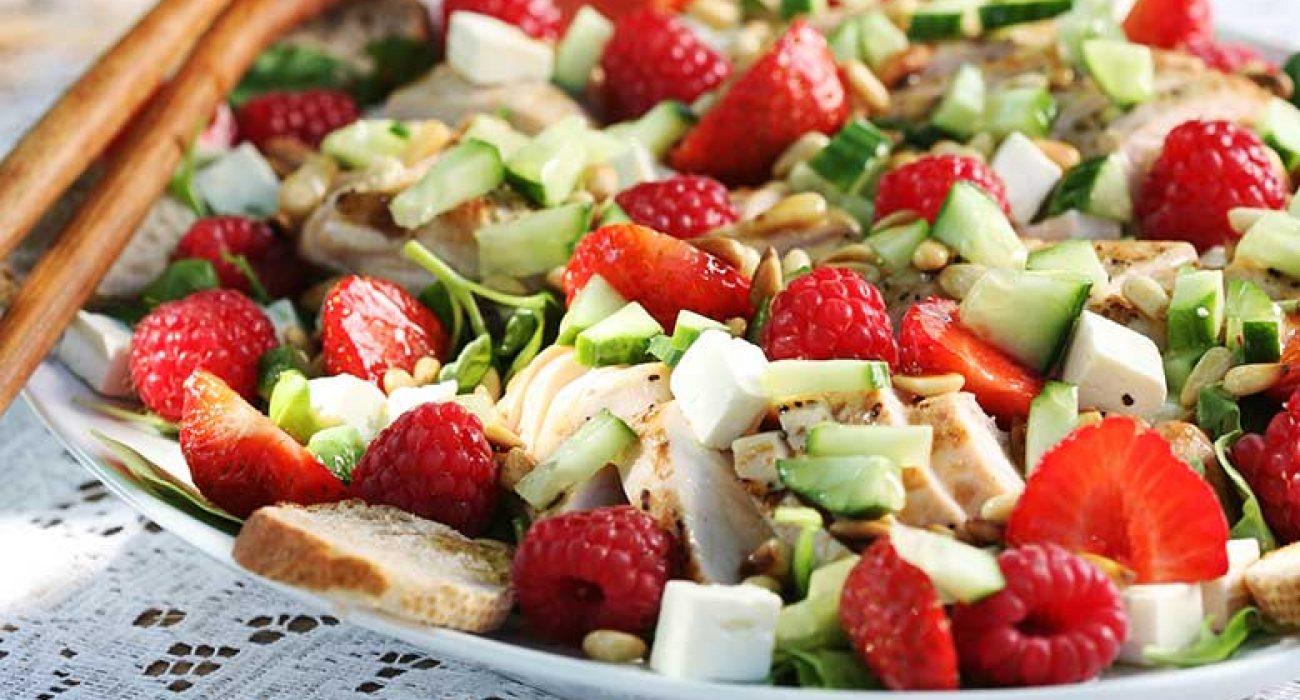 Salat-med-jordber-ost-og-kylling