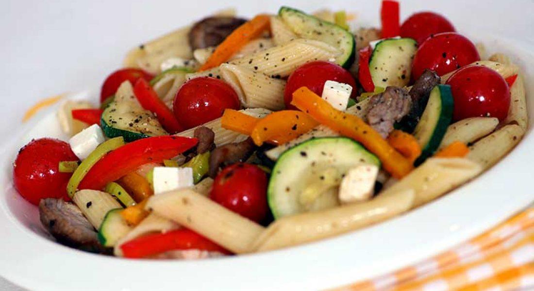 Salat-med-spretne-grnnsaker-og-pasta-1
