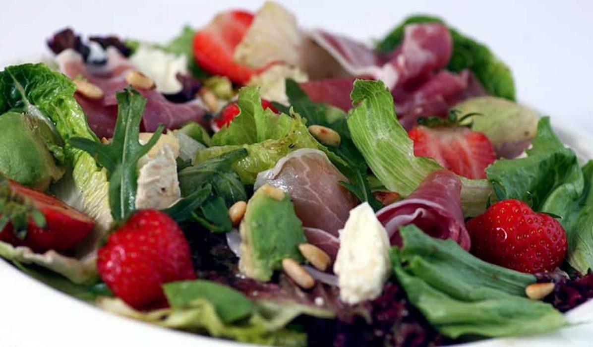 Salat_med_jordbaer_melon_og_avokado-1