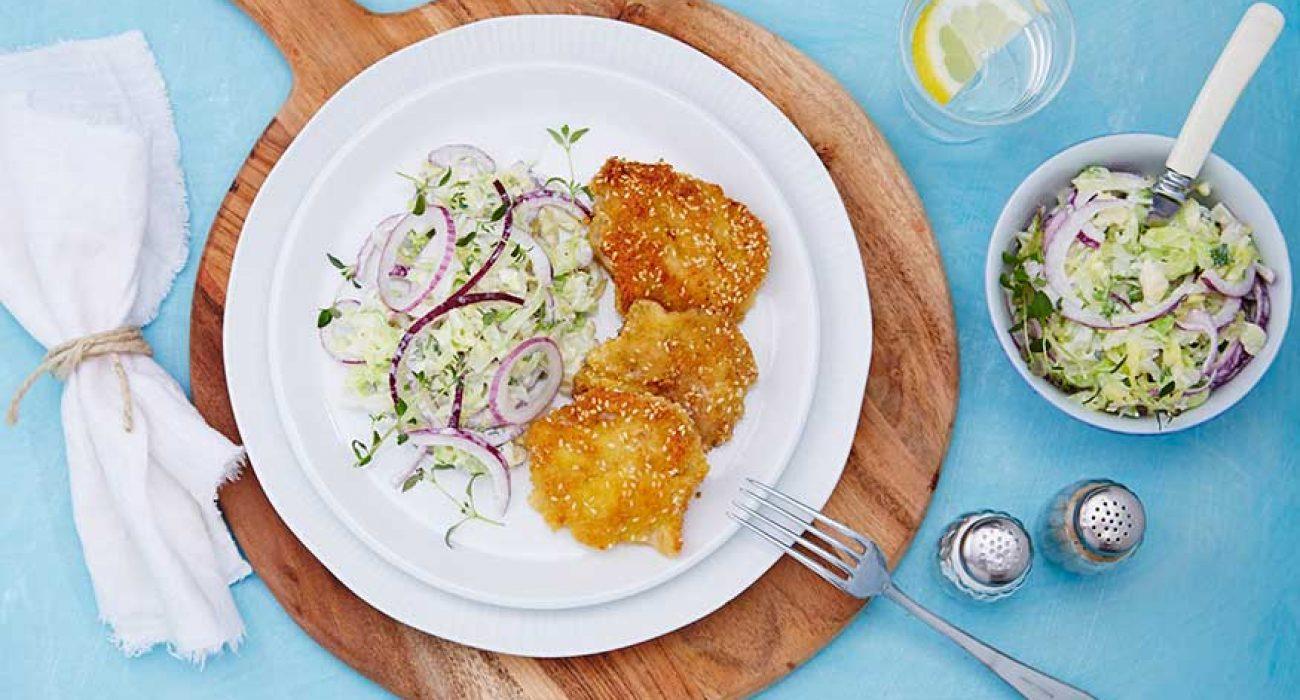 Sesampanerte torsketunger med kålsalat