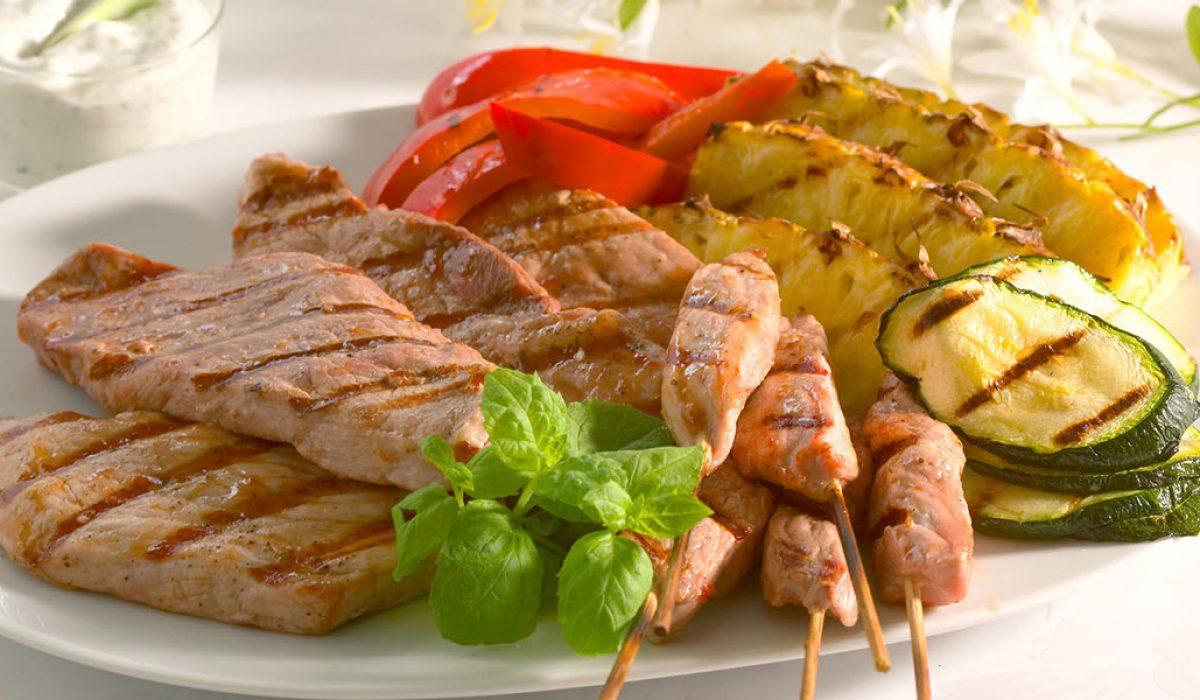 Skinkebiff med grillet frukt og groønsaker