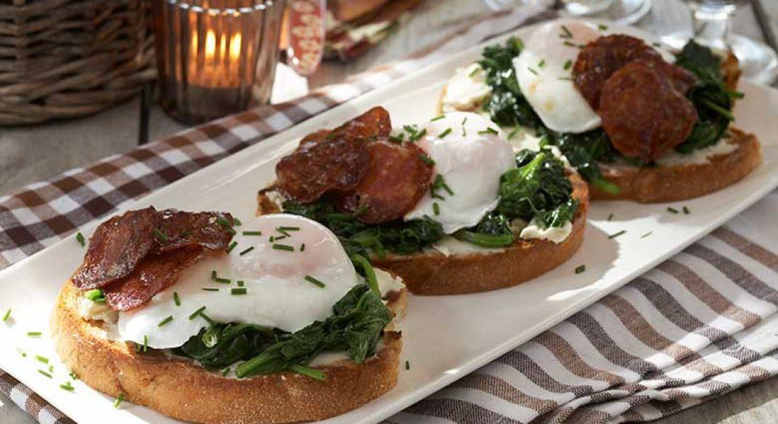 Smørbrød med chorizo, posjert egg og smørdampet spinat