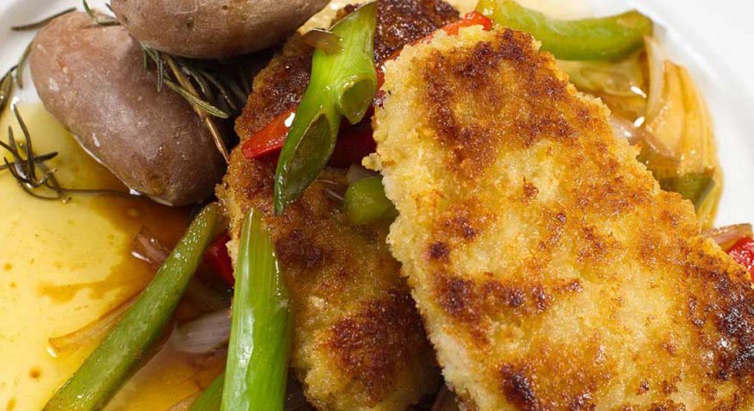 Snitsel av ytrefilet svin med friske grønnsaker i brunet smør og saltbakt potet