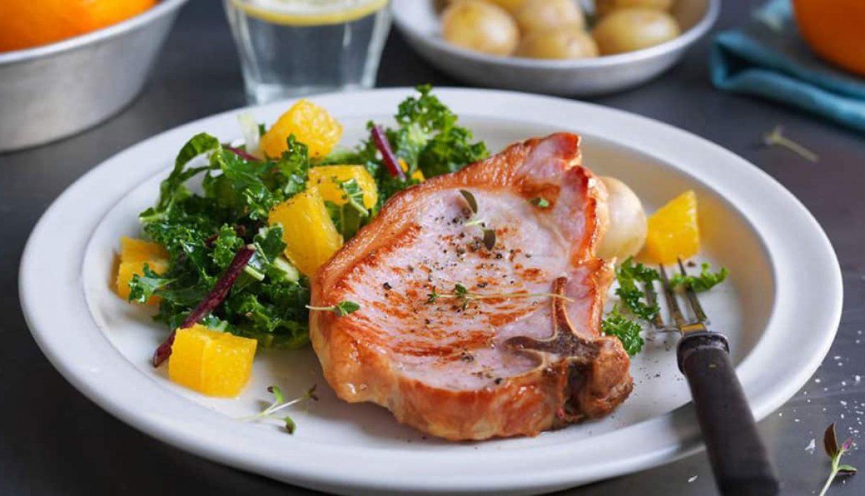 Sommerkoteletter med appelsin og grønnkålsalat