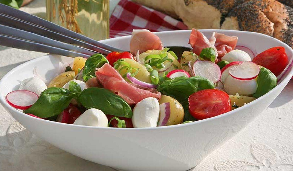 Sommersalat-med-mye-godt-i-1