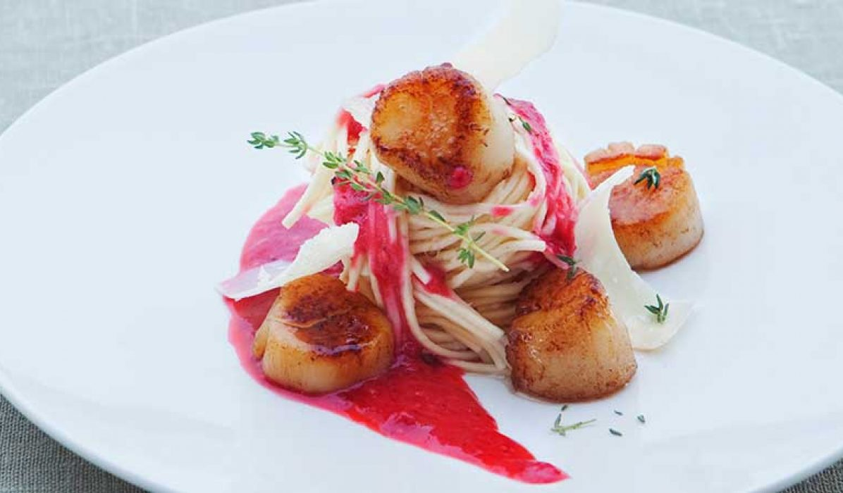 Spagetti-med-kamskjell-varm-bringebærvinaigrette-og-parmesan-1