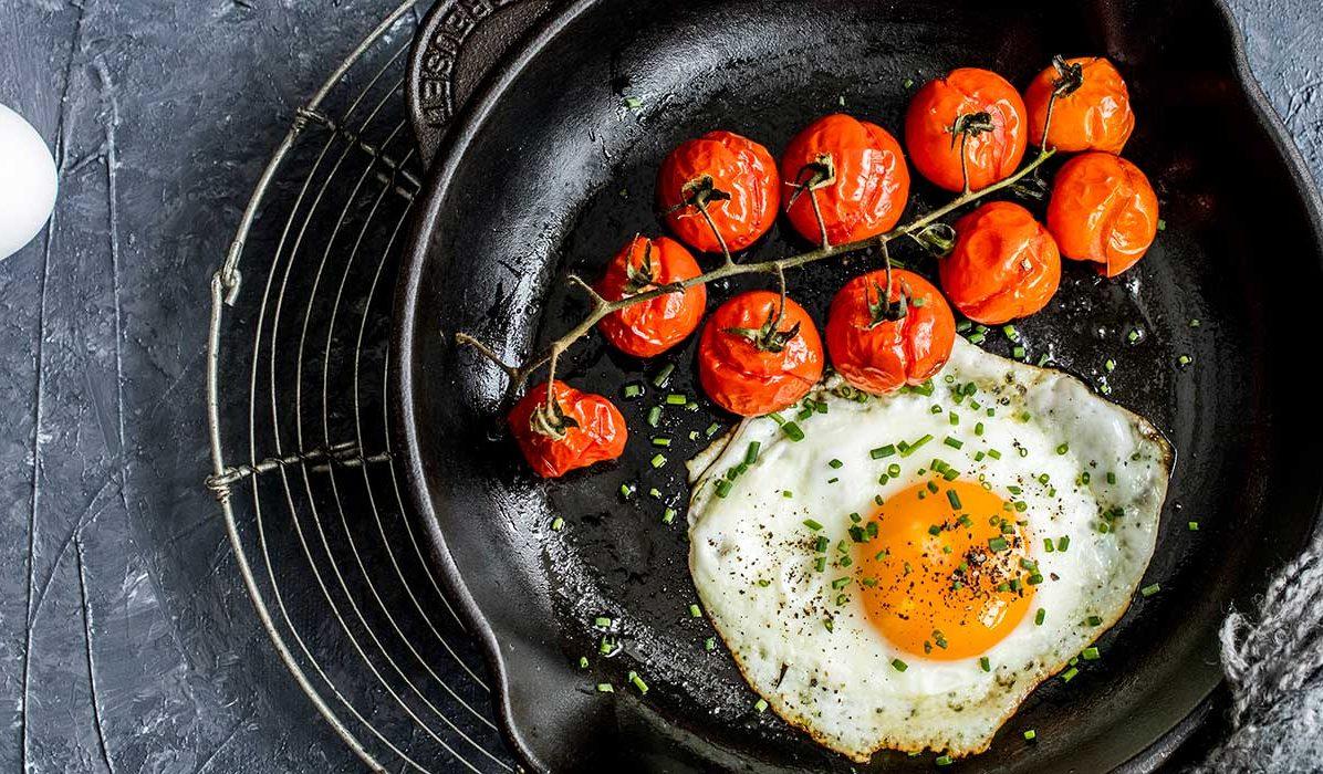 Speilegg-med-bakt-tomat