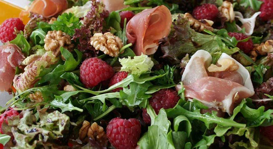 Sprek-salat-med-bringebær-og-spekeskinke-1