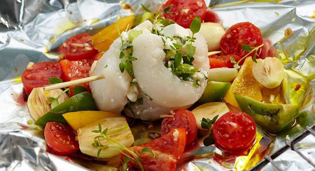 Steinbitrulade med tomater og løk