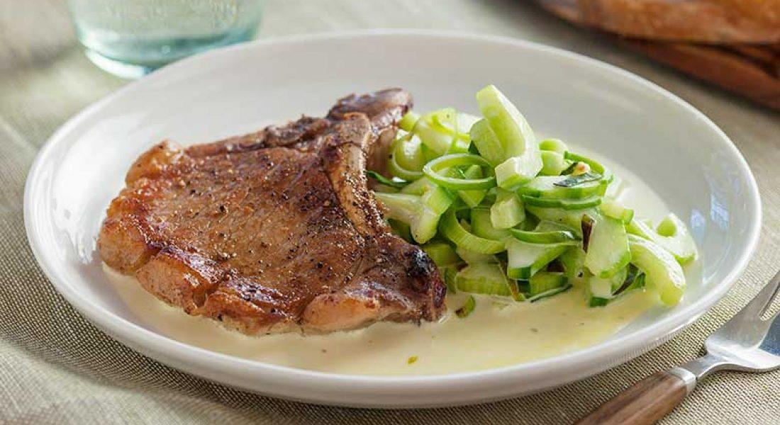Svinekotelett-med-kremet-agurk