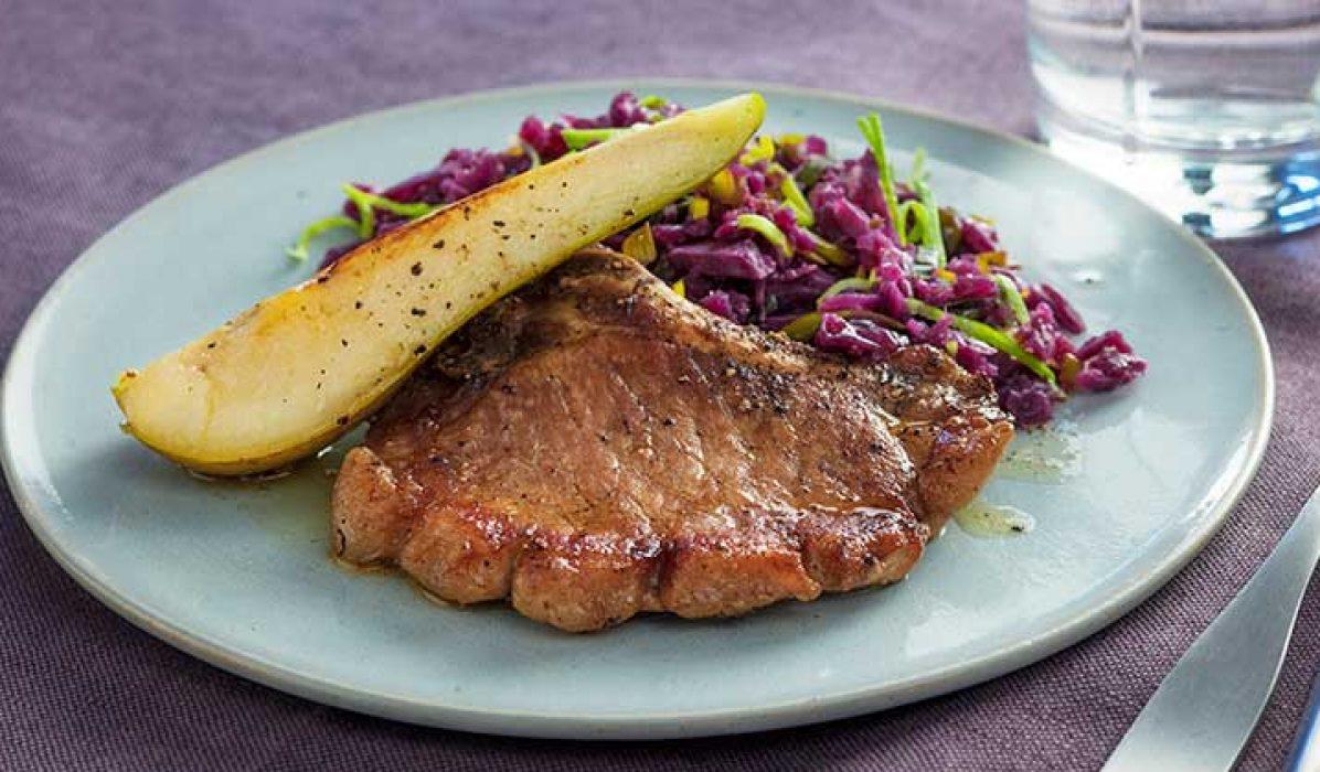 Svinekoteletter-med-pære-og-rødkål