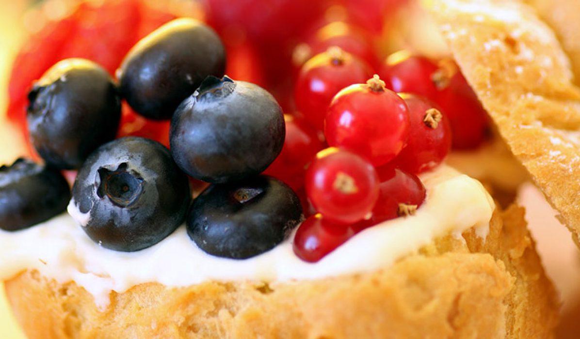 Vannbakkels-med-krem-og-bær-1