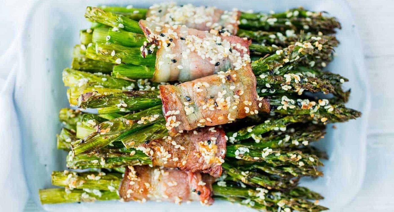 bakte-asparges-med-bacon-og-sesamfro