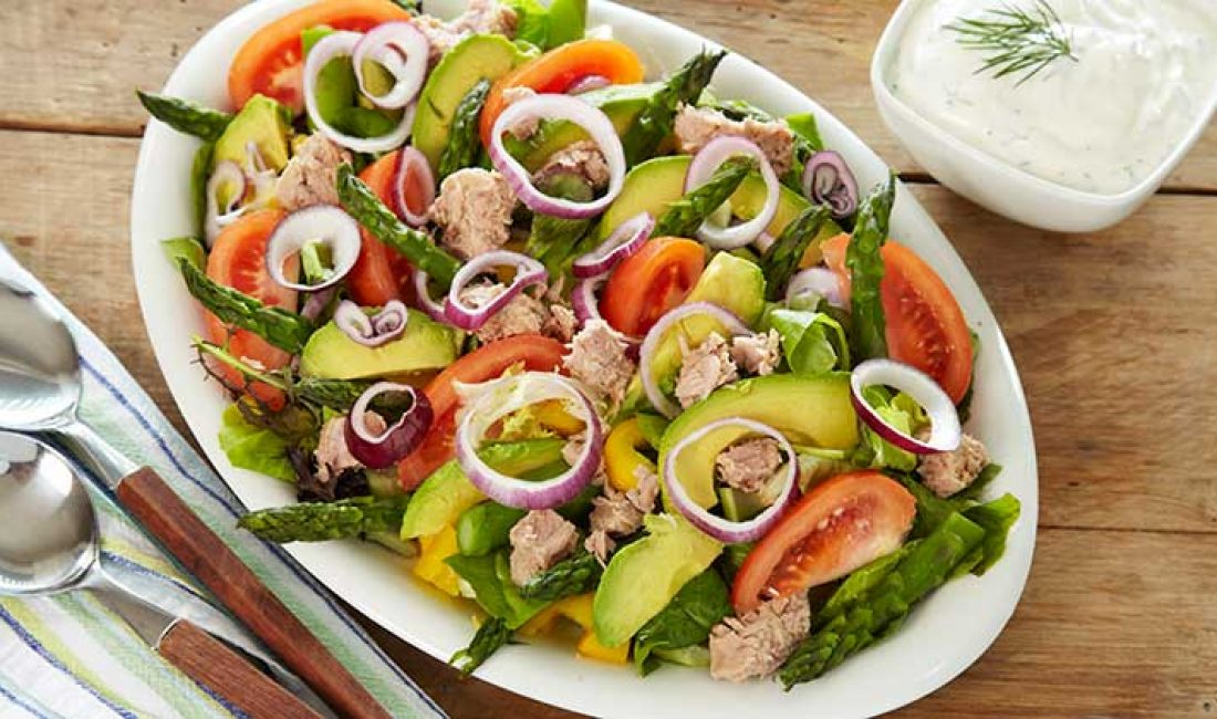 salat_med_avokado_asparges_og_tunfisk
