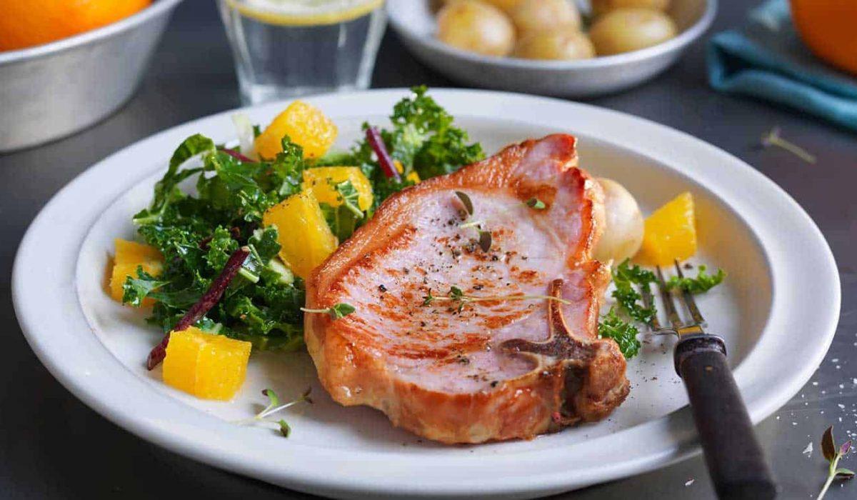 sommerkoteletter-med-appelsin-og-gronnkalsalat