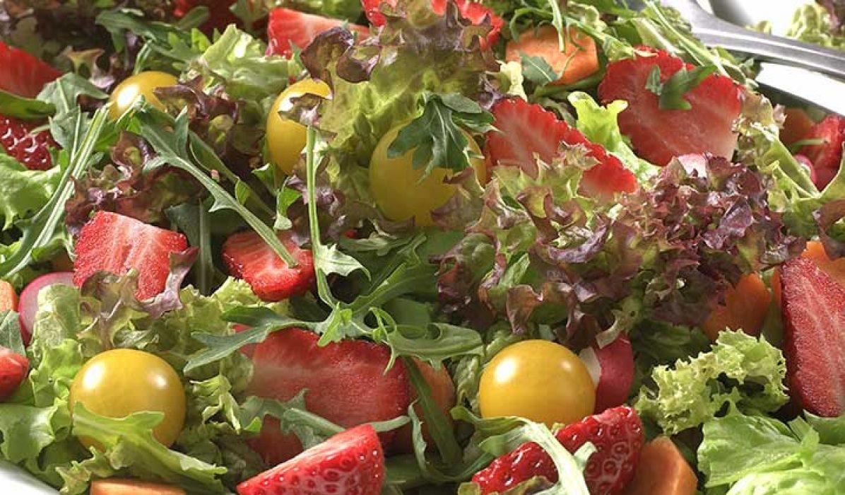 sommersalat_med_jordbaer_og_cherrytomater